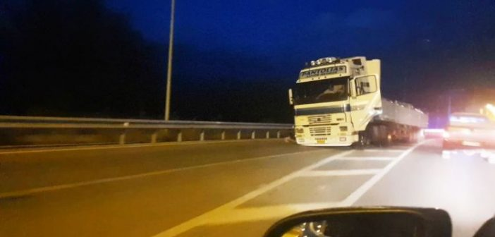 Μεσολόγγι: Έφυγε ο τροχός φορτηγού στη μέση του δρόμου (ΔΕΙΤΕ ΦΩΤΟ)
