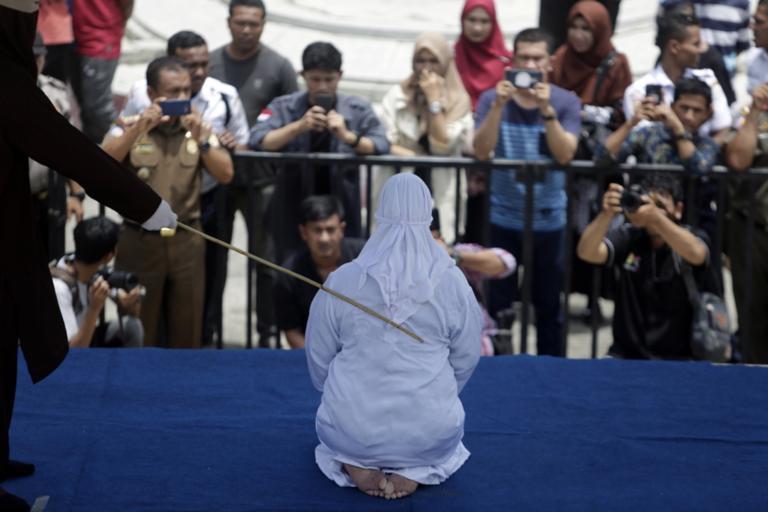 Μεσαίωνας! Γυναίκα καταρρέει από τον πόνο μετά από δημόσιο μαστίγωμα! (ΔΕΙΤΕ ΦΩΤΟ)