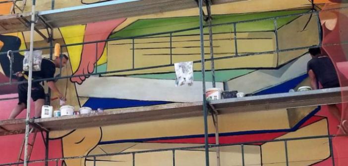 Ζωγράφοι σε μεγάλα…ύψη – Οι αδελφοί Κρέτση από το Αγρίνιο στην Κοζάνη για να μετατρέψουν έναν άχαρο τοίχο σε έργο τέχνης (ΔΕΙΤΕ ΦΩΤΟ +VIDEO))
