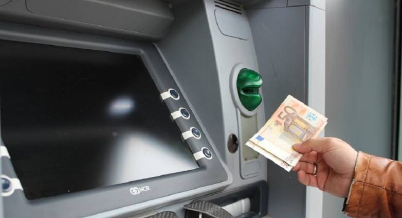 ΕΛ.ΑΣ: «Επαγγελματίες του είδους» … καραδοκούν στα ATM – Τι να προσέχετε στις αναλήψεις μετρητών