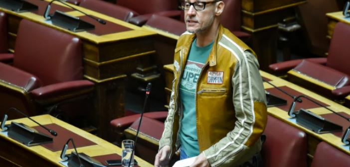 Εκκεντρική εμφάνιση στα έδρανα – Ο Κλέων Γρηγοριάδης ντύθηκε μηχανόβιος και πήγε στη Βουλή (ΦΩΤΟ)
