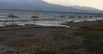 Ναύπακτος: Οι ομπρέλες του δήμου παραμένουν στις παραλίες – Πότε θα μαζευτούν;