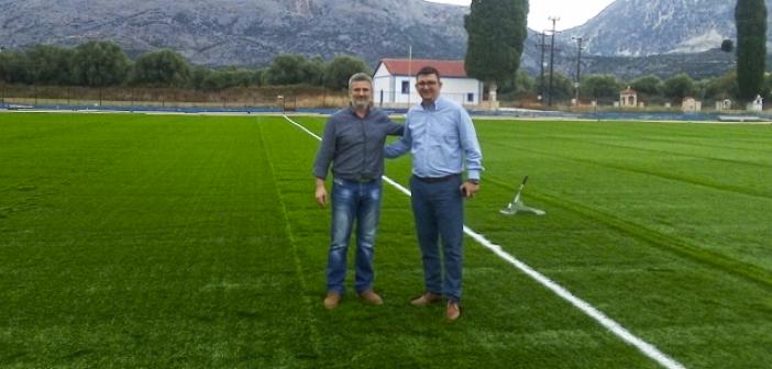 Ολοκληρώνεται η τοποθέτηση του πλαστικού χλοοτάπητα στο γήπεδο της Κανδήλας (ΦΩΤΟ)