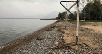 """Αχαΐα: Η θάλασσα """"κατάπιε"""" το γήπεδο (ΦΩΤΟ)"""