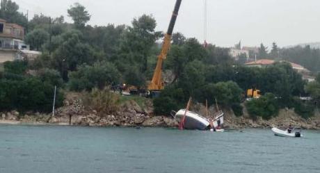 Λευκάδα: Ανέλκυση σκάφους που βυθίστηκε στη Νικιάνα (ΔΕΙΤΕ ΦΩΤΟ)