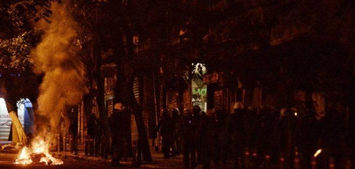Πολυτεχνείο: Φωτιές και χημικά στα Εξάρχεια – Μολότοφ στη Θεσσαλονίκη και την Πάτρα (VIDEO + ΦΩΤΟ)