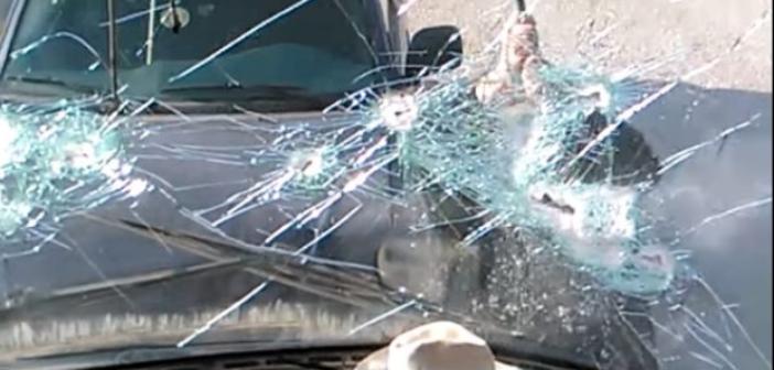 Ιερέας σπάει πούλμαν με λοστό – Δείτε το βίντεο από την Σαντορίνη που έγινε viral