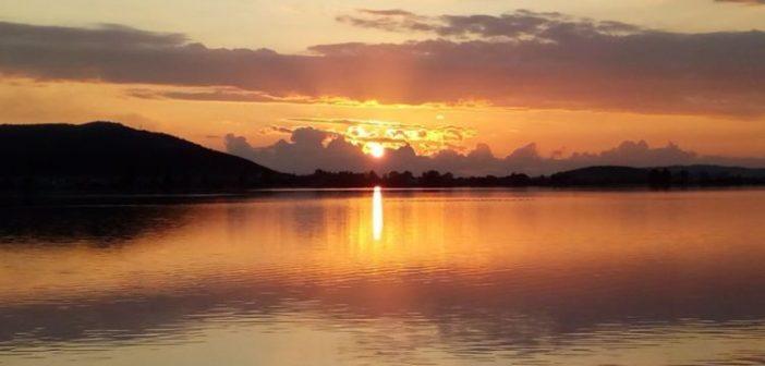 Ηλιοβασίλεμα στη λιμνοθάλασσα του Αιτωλικού (ΔΕΙΤΕ ΦΩΤΟ)