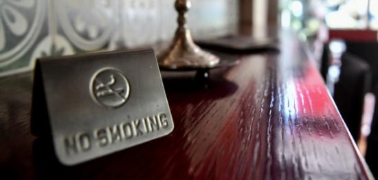 Αντικαπνιστικός νόμος: Τι ισχύει με τα πρόστιμα για τις επιχειρήσεις – Πότε ανακαλείται η άδεια