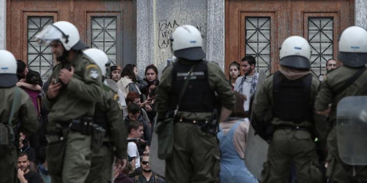 Έφοδος αστυνομίας στην ΑΣΟΕΕ: «Ο ΣΥΡΙΖΑ στηρίζει τους μπαχαλάκηδες», λέει η κυβέρνηση (ΦΩΤΟ + VIDEO)