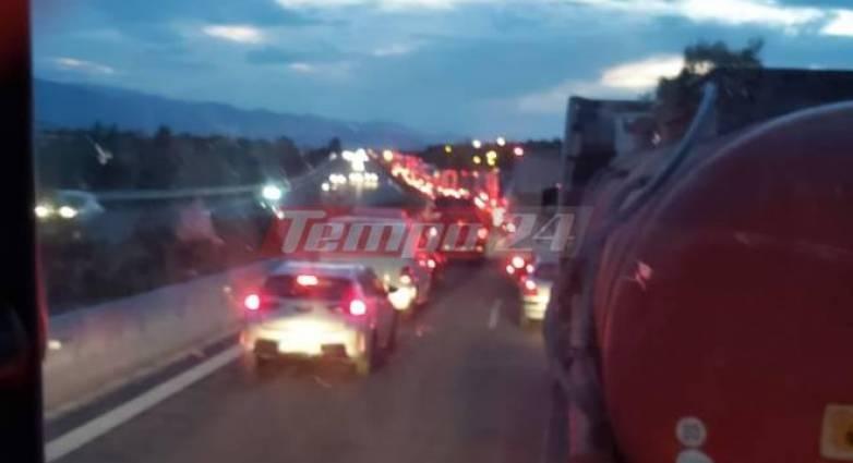 Νύχτωσε και ακόμη παραμένουν οι εγκλωβισμένοι στην εθνική οδό – Ουρές χιλιομέτρων – Απόγνωση για οδηγούς φορτηγών που μεταφέρουν ευπαθή προϊόντα! (VIDEO)