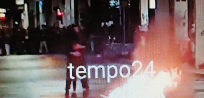 Χόρεψαν ταγκό… δίπλα από τον φλεγόμενο κάδο! Απίστευτο περιστατικό κατά τη διάρκεια επεισοδίων στην Πάτρα (ΦΩΤΟ)