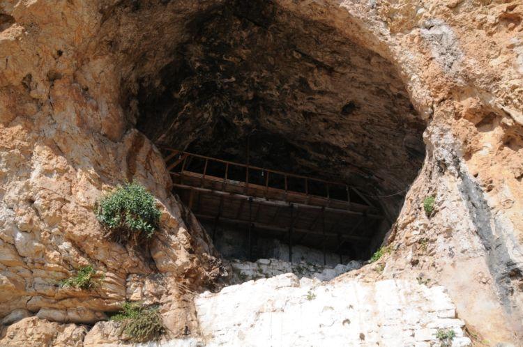 Το σπήλαιο του Αγίου Νικολάου του Κρεμαστού στον Αράκυνθο και τοιχογραφίες του (ΔΕΙΤΕ ΦΩΤΟ)