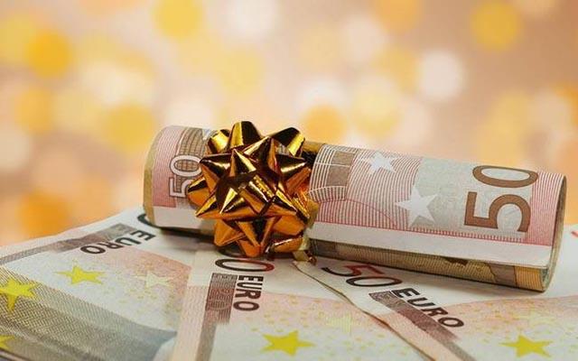 Δεν είναι ακατάσχετο το δώρο Χριστουγέννων – Τι πρέπει να κάνετε αν δεν σας καταβληθεί