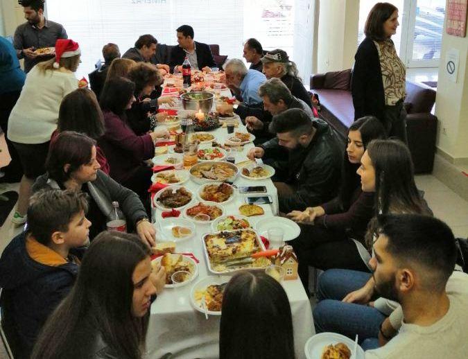 Ξεχωριστή κίνηση Παπαναστασίου – Έκανε το τραπέζι σε άστεγους και γευμάτισε μαζί τους! (ΔΕΙΤΕ ΦΩΤΟ)