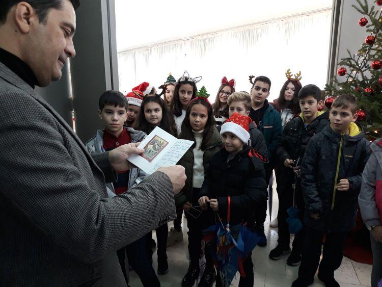 Τα κάλαντα από τους μαθητές του 4ου Δημοτικού Σχολείου Αγρινίου στον Γ. Παπαναστασίου (ΔΕΙΤΕ ΦΩΤΟ)