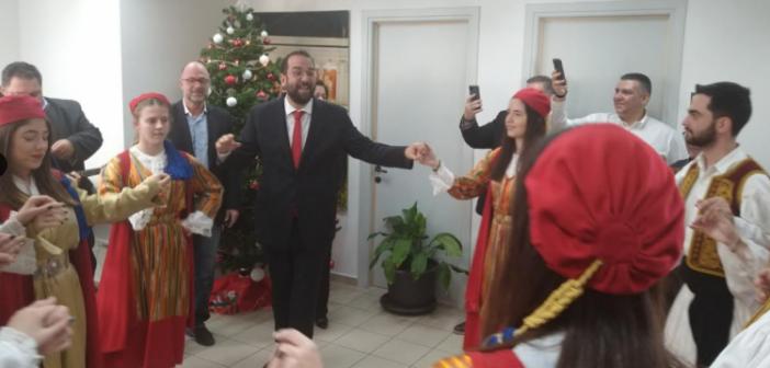 Με κάλαντα και παραδοσιακές μελωδίες απ' όλη τη χώρα πλημμύρισαν τα γραφεία της Περιφέρειας Δυτικής Ελλάδας (ΔΕΙΤΕ ΦΩΤΟ)