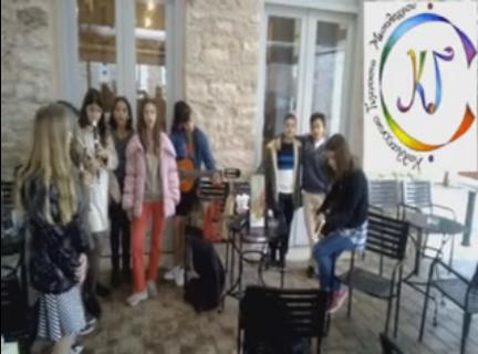 Τα κάλαντα έψαλλαν οι μαθητές του Καλλιτεχνικού Γυμνασίου στους δρόμους του Μεσολογγίου (VIDEO)