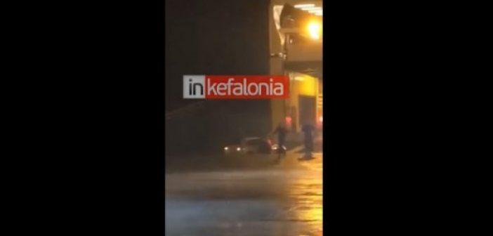 Κυλλήνη: Λιμενικοί ήρωες απεγκλωβίζουν γυναίκα από ΙΧ που βυθίζεται (video)