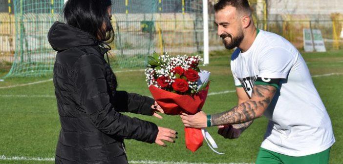 Πρόταση γάμου ποδοσφαιριστή στον αγώνα Μακεδονικός Φούφα – Ναυπακτιακός (VIDEO)