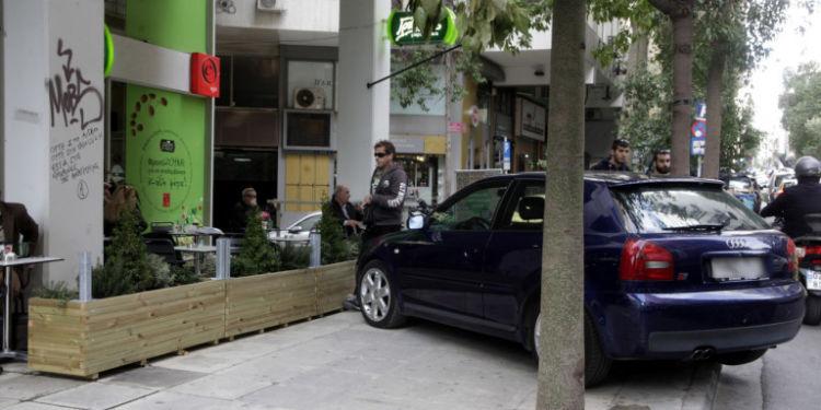 Οι Έλληνες αφήνουν τα αυτοκίνητα όπου βρουν – 48.500 κλήσεις για παρκάρισμα σε ράμπες, πλατείες, πεζόδρομους