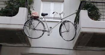 Δυτική Ελλάδα: Πατρινός κρέμασε στο μπαλκόνι το ποδήλατό του για να το σώσει από επίδοξους κλέφτες! (ΔΕΙΤΕ ΦΩΤΟ)