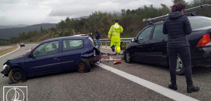 Ιόνια Οδός: Σφοδρή σύγκρουση αυτοκινήτων κοντά στα διόδια του Μενιδίου – Κινδύνεψαν οκτώ άτομα (ΔΕΙΤΕ ΦΩΤΟ)