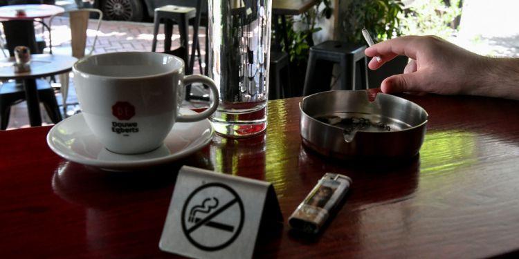 Εθνική Αρχή Διαφάνειας για καπνιστικές λέσχες: Θα αφαιρεθούν άδειες καταστημάτων