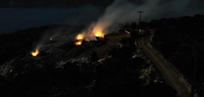 Μεγανήσι: Φωτιά στον σκουπιδότοπο σιγοκαίει για τρίτη μέρα (ΦΩΤΟ)