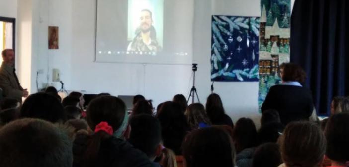 Ο Στέλιος Κυμπουρόπουλος στο 16ο Δημοτικό Σχολείο Αγρινίου μέσω διαδικτύου (ΔΕΙΤΕ ΦΩΤΟ)