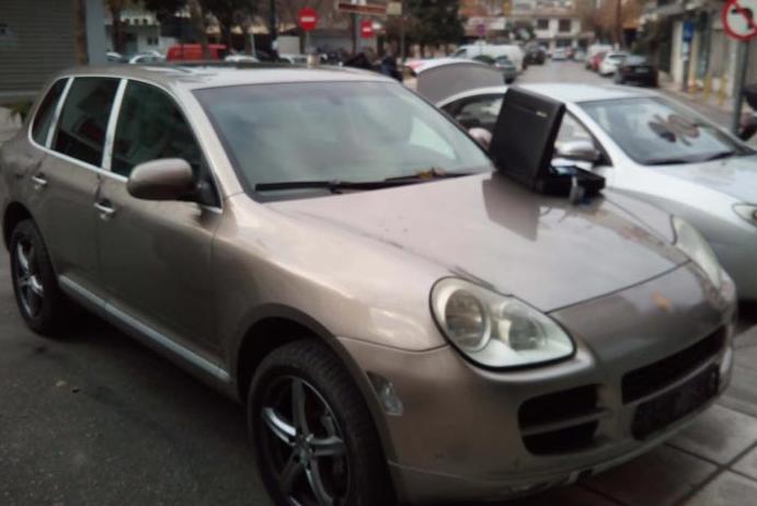 Μετέφερε παράνομα μετανάστες με Porsche Cayenne! (ΦΩΤΟ)