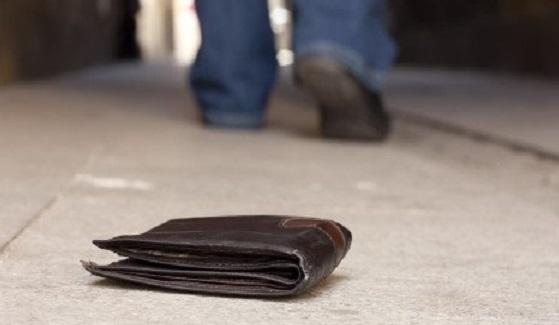 Αγρίνιο: Μάθημα ήθους από αστυνομικό – Παρέδωσε πορτοφόλι με 5.000 ευρώ!