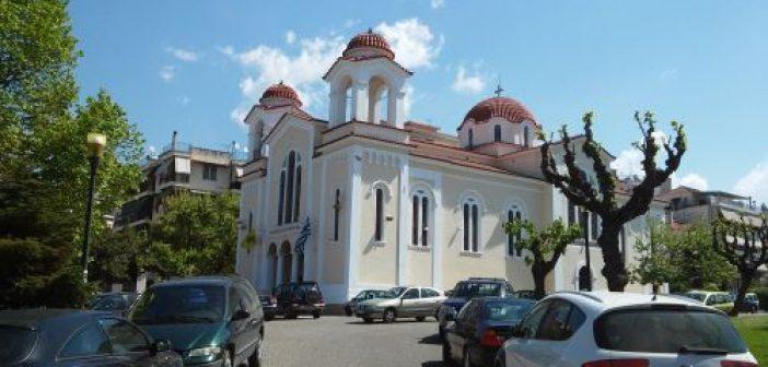 Αγία Τριάδα Αγρινίου: Με τους πιστούς έξω από το ναό τελέστηκε η Θεία Λειτουργία (VIDEO)