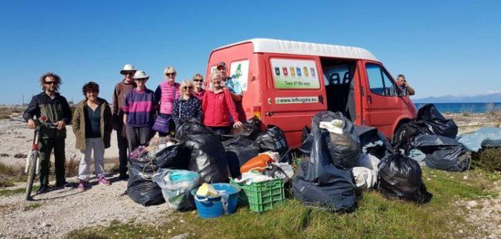 Λευκάδα: Εθελοντές καθάρισαν την παραλία στον Κάστρο (ΔΕΙΤΕ ΦΩΤΟ)