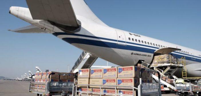 Κορωνοϊός: «Ανάσα» στα νοσοκομεία με 18 τόνους ιατρική βοήθεια από Κίνα – Δείτε βίντεο και φωτογραφίες