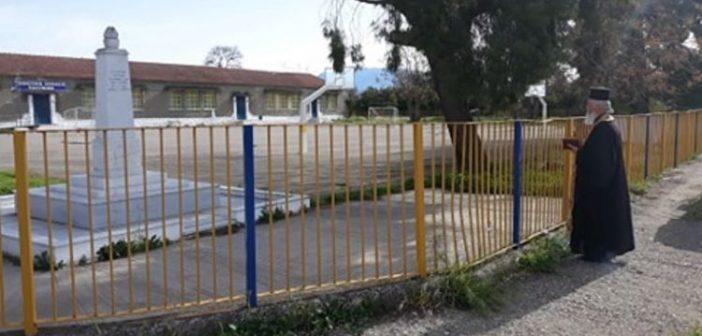 Καλύβια: Μόνος του τέλεσε τρισάγιου στο Μνημείο Πεσόντων ο Ιερέας (ΦΩΤΟ)