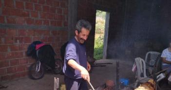 Δεν άλλαξαν τα έθιμα οι Ξηρομερίτες – Αρνί στη σούβλα στις αυλές αλλά …οικογενειακά αυστηρά (φωτο)