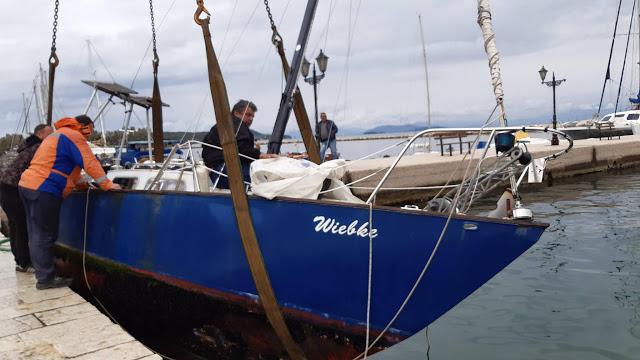 Επιχείρηση ανέλκυσης βυθισμένου σκάφους από το λιμάνι της Βόνιτσας (ΔΕΙΤΕ ΦΩΤΟ)