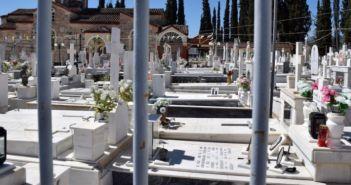 Δυτική Ελλάδα: Γυναίκα πήδηξε τα κάγκελα νεκροταφείου για να ανάψει το καντήλι του παιδιού της -«Δικάστε με…» (ΦΩΤΟ)