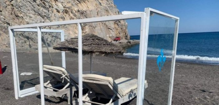 Σαντορίνη: Εγκαταστάθηκαν οι πρώτες ξαπλώστρες με πλέξιγκλας
