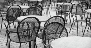 """""""Άδειες καρέκλες – Empty chairs"""" και στην Πάτρα – Συμμετοχή της εστίασης στη συμβολική διαμαρτυρία την Τετάρτη 6 Μαΐου"""