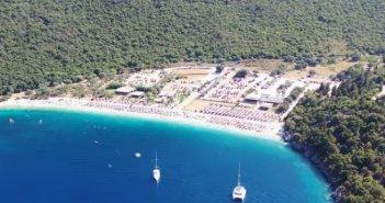 Η διάσημη και κρυμμένη παραλία του Ιονίου με τα κρυστάλλινα νερά (video)