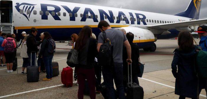 Η Ryanair κόβει μισθούς και απολύει 3000 !