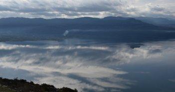 Η συννεφιασμένη λίμνη Τριχωνίδα (ΦΩΤΟ)