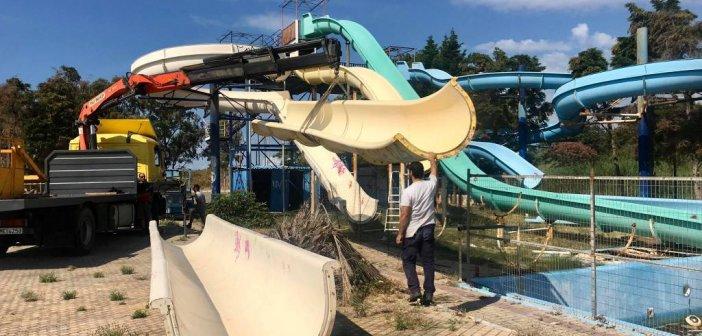 Ξεκίνησαν οι εργασίες απομάκρυνσης του εξοπλισμού των νεροτσουληθρών στην παραλία της Βαριάς (ΦΩΤΟ)