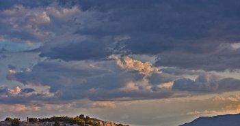 Ο καιρός το τριήμερο του Αγίου Πνεύματος: Βροχερό Σάββατο, άστατη Κυριακή, με 30άρια η Δευτέρα