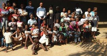 """Χαμόγελα σε υποσιτισμένα παιδάκια της Κανάγκας του Κονγκό με """"άρωμα"""" Αγρινίου! (ΦΩΤΟ)"""