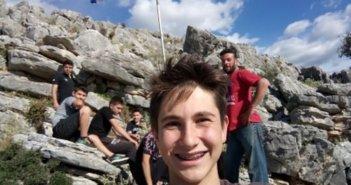 Παιδιά ύψωσαν την ελληνική σημαία πάνω από το Κεφαλόβρυσο