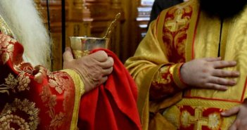 Ιερά Σύνοδος: Αδιαπραγμάτευτη η Θεία Κοινωνία – Αφορισμός στην γιόγκα