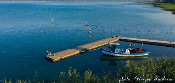 """Μοναδικά """"κλικ"""" με σανίδες SUP στην λίμνη Τριχωνίδα"""